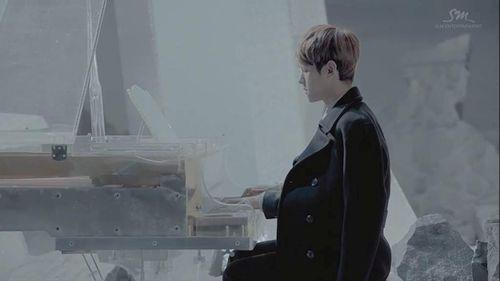 Foto Baekhyun Bermain Piano