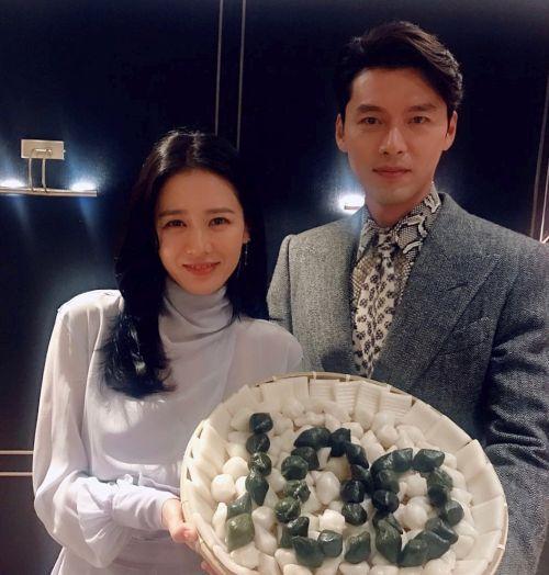 Foto Romantis Hyun Bin dan Son Ye Jin